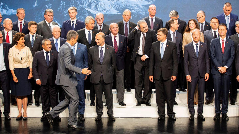 Foto de familia de ministros y responsables de la eurozona, tras la reunión informal en Viena. (EFE)
