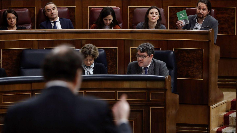 El presidente del Gobierno, Mariano Rajoy, responde al líder del grupo Unidos Podemos, Pablo Iglesias. (EFE)