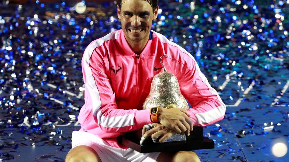 Foto: Rafa Nadal posa con el trofeo del torneo de Acapulco. (Reuters)