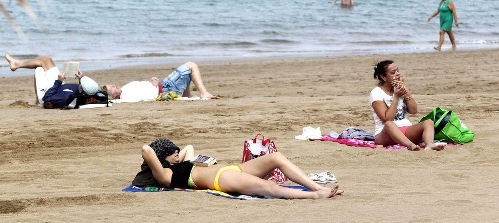 Foto: No todos los españoles pueden permitirse ir a la playa (Efe)