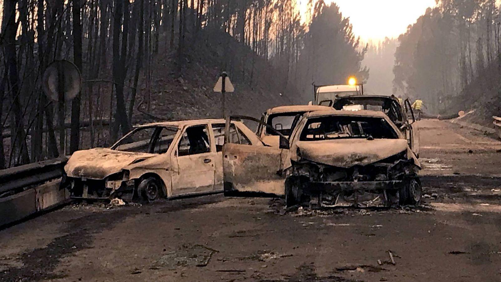 Foto: Coches quemados en una carretera local cerca de Pedrógão Grande, en junio de 2017. (Reuters)