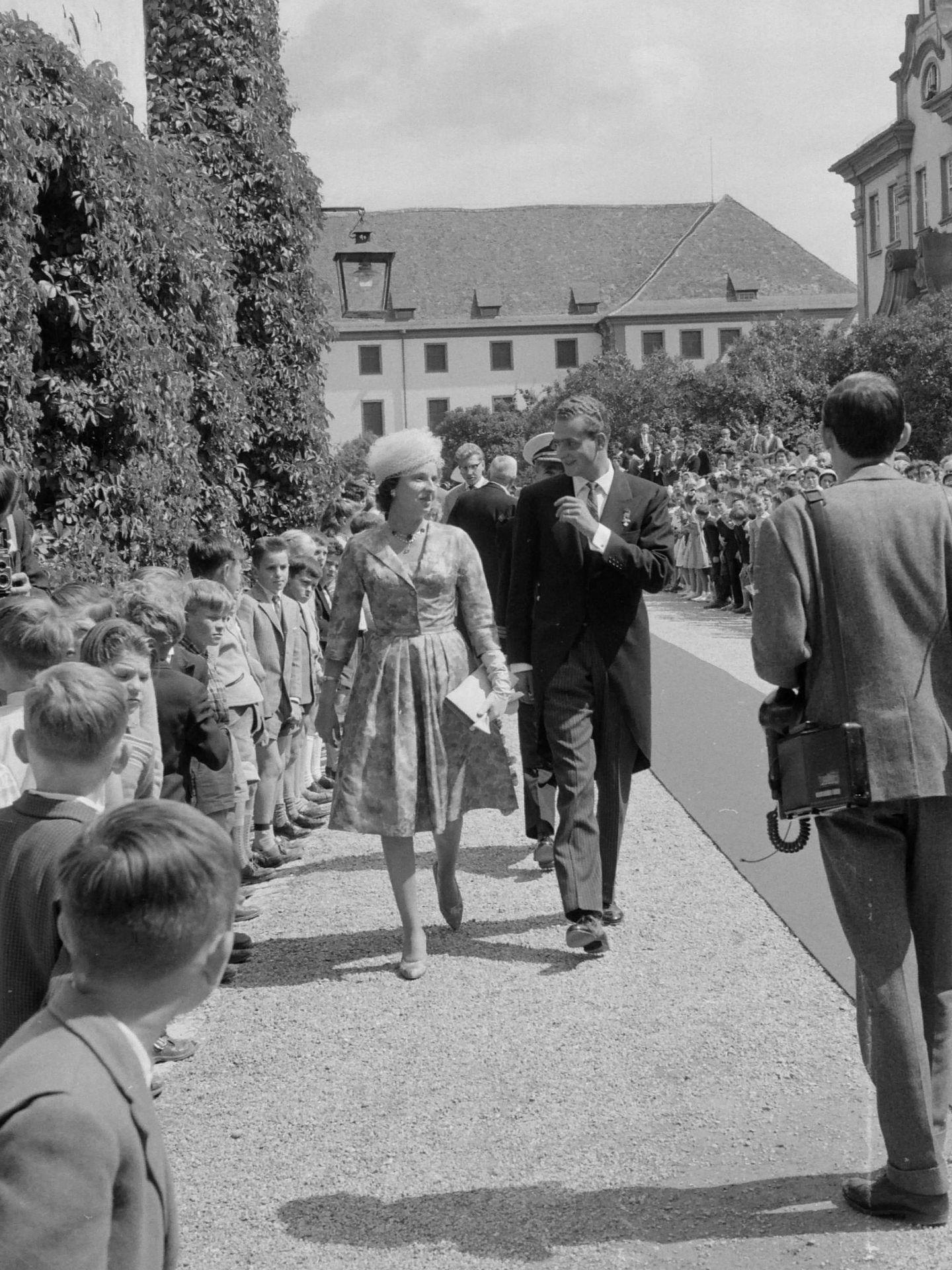 Don Juan Carlos y doña Pilar en la boda de Diana de Francia, en 1960. (Cordon Press)