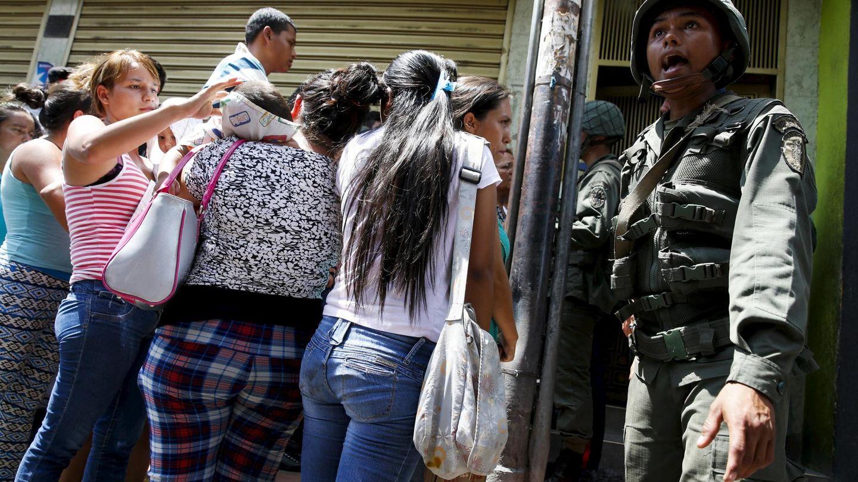 Soldados venezolanos intentan controlar a un grupo de gente que hace fila frente a un supermercado en San Antonio, en la frontera con Colombia, en agosto de 2015 (Reuters)