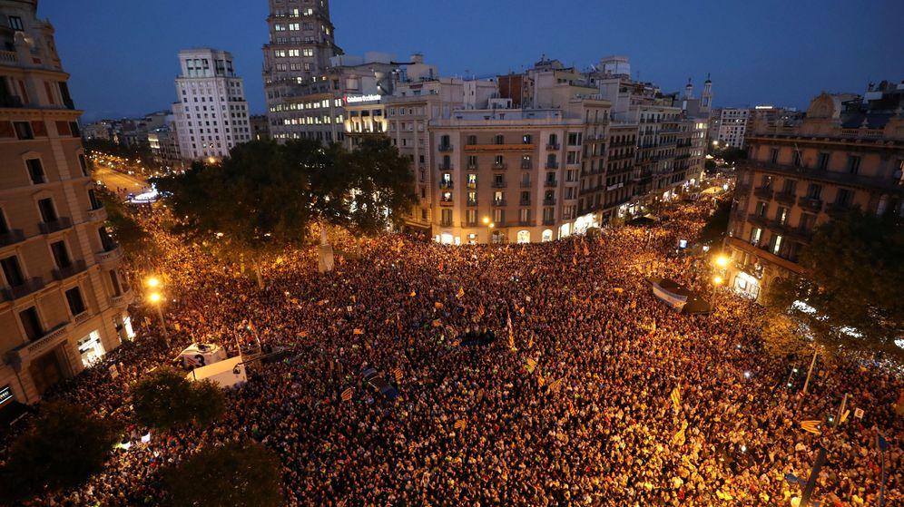 Foto: Miles de manifestantes permanecen ante la sede de la Conselleria de Economía. (Reuters)