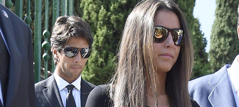 Foto: El tenista Fernando Verdasco junto a su chica, Ana Boyer, en el funeral por Miguel Boyer (Gtres)