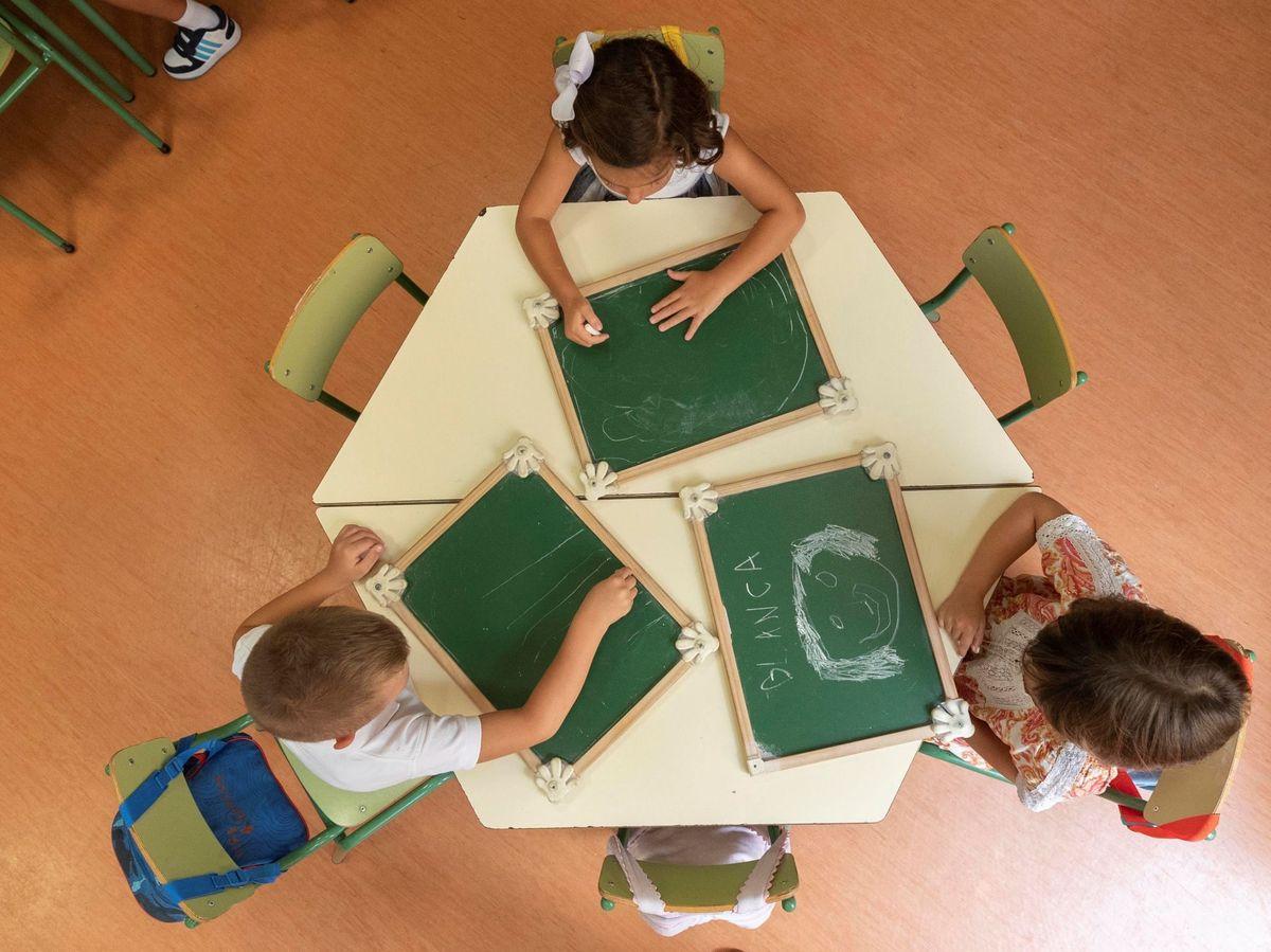 Foto: Varios niños dibujan en pizarras. (EFE)