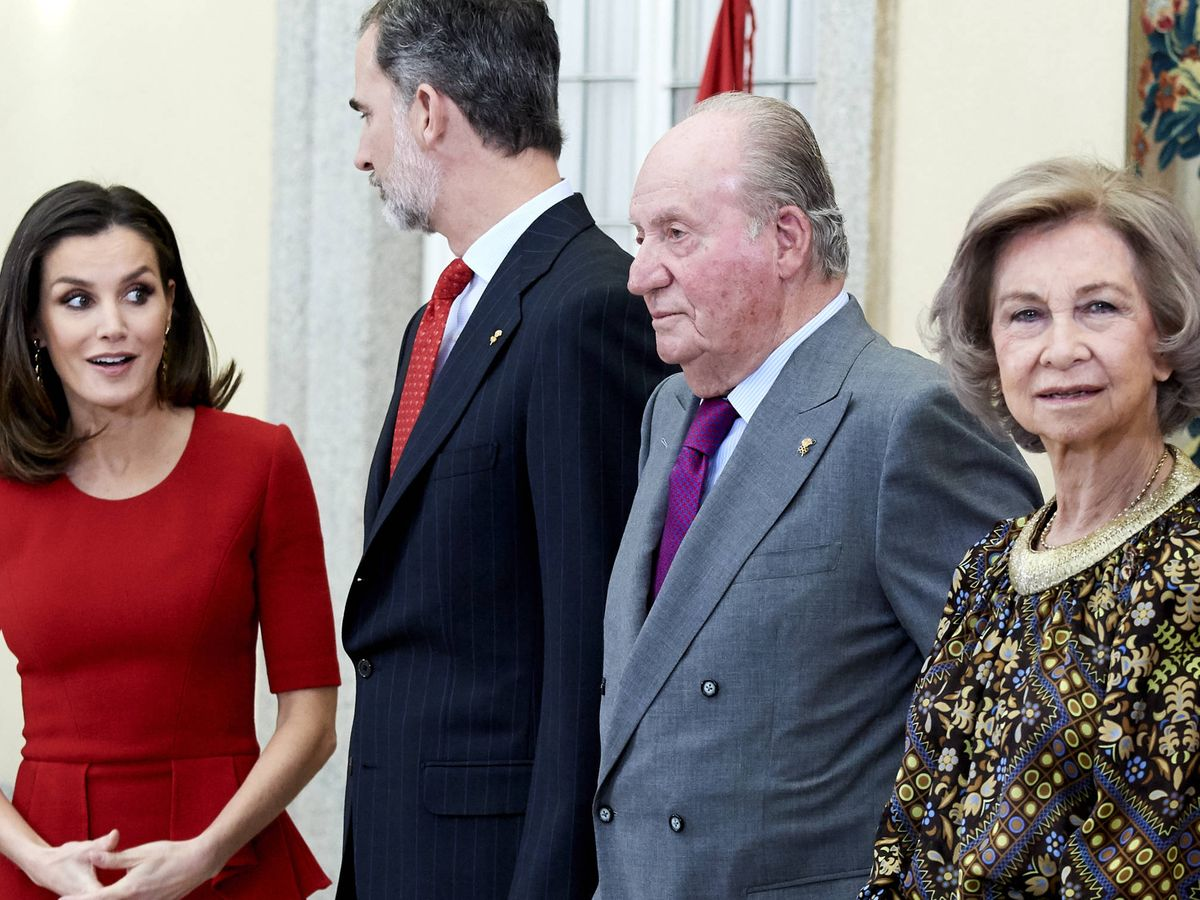 Foto: Los Reyes de España, con los eméritos. (Getty)