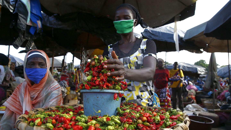 Una mujer con mascarilla en un mercado de Costa de Marfil. (Reuters)