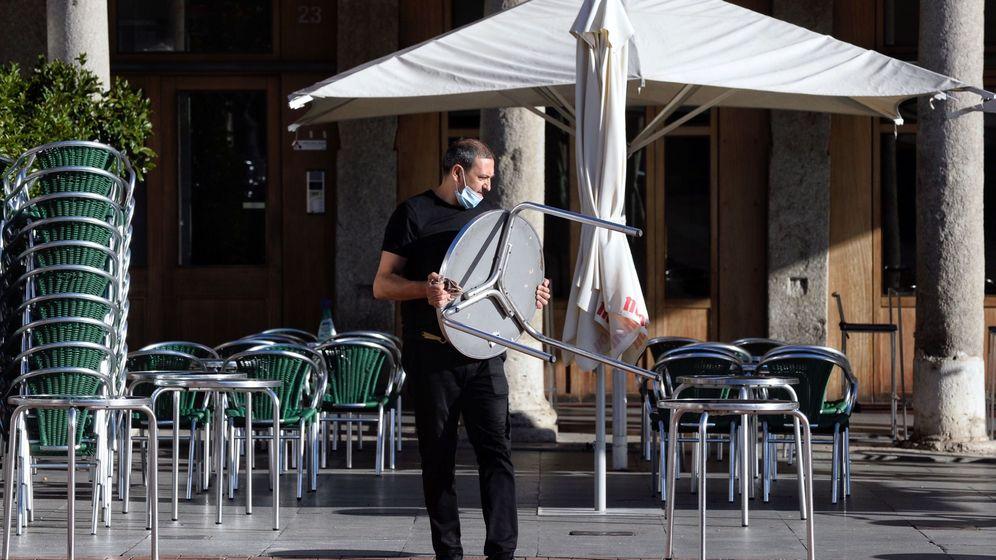 Foto: Un camarero coloca las mesas de una terraza. (EFE)