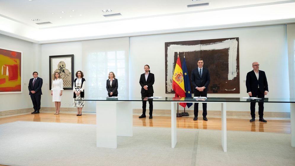 Foto: Gobierno, patronal y sindicatos, durante la firma del pacto para prorrogar los ERTE. (EFE)