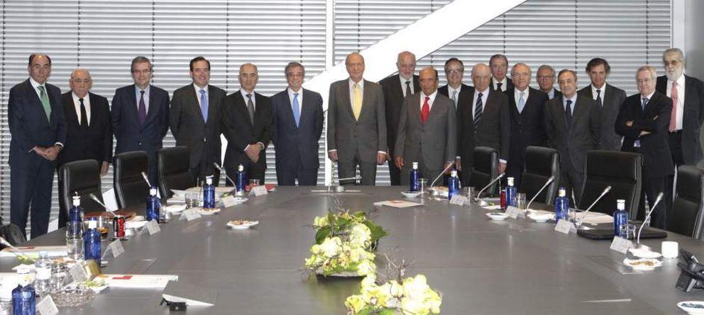 Foto: El rey Juan Carlos posa junto a los miembros del Consejo Empresarial para la Competitividad. (EFE)