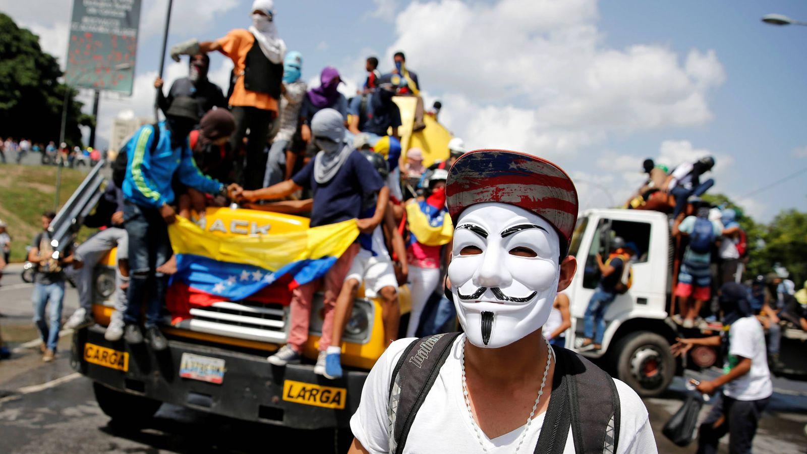 Foto: Un manifestante con una máscara de Guy Fawkes durante los disturbios contra el presidente Maduro en Caracas, en junio de 2017. (Reuters)