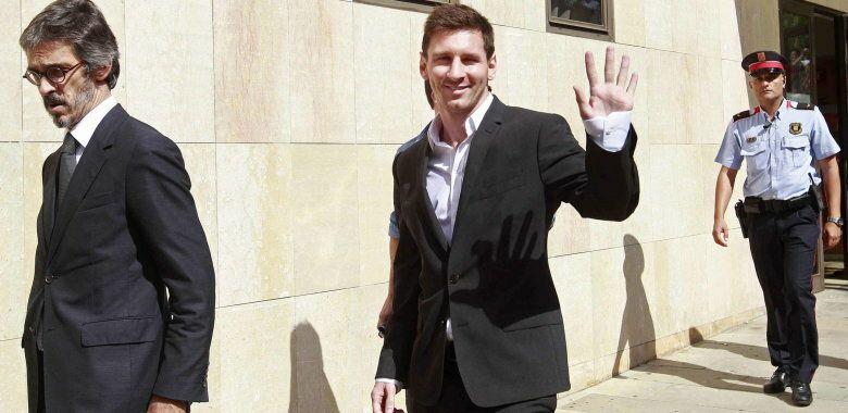 El futbolista del f.c.barcelona lionel messi tras declarar por presunto fraude fiscal