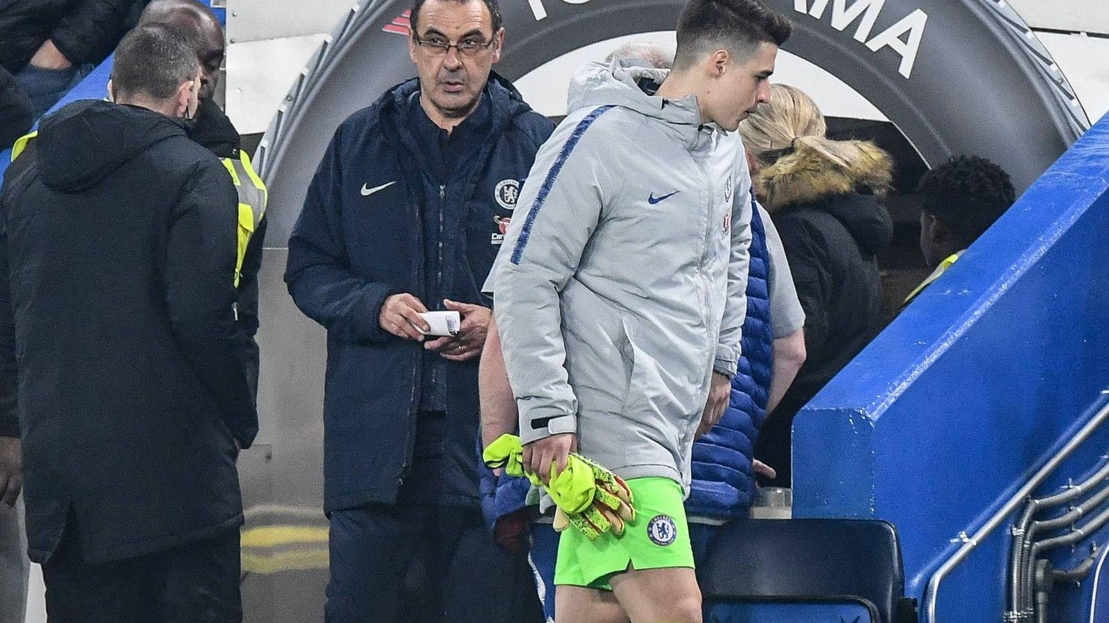 Foto: Kepa, con Sarri detrás, camino del banquillo en el partido contra el Tottenham. (EFE)