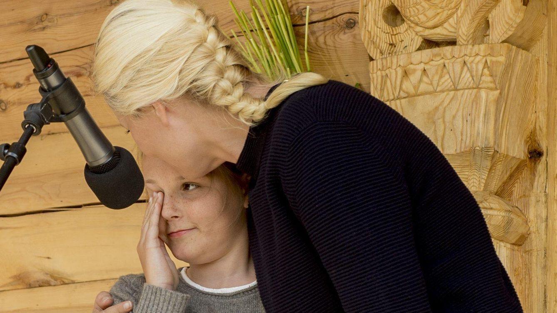 Foto: Madre e hija abrazándose tras el discurso (CP)