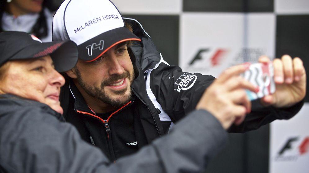 Foto: Fernando Alonso, tras la rueda de prensa en el circuito de Gilles Villeneuve en Montreal. (Reuters)