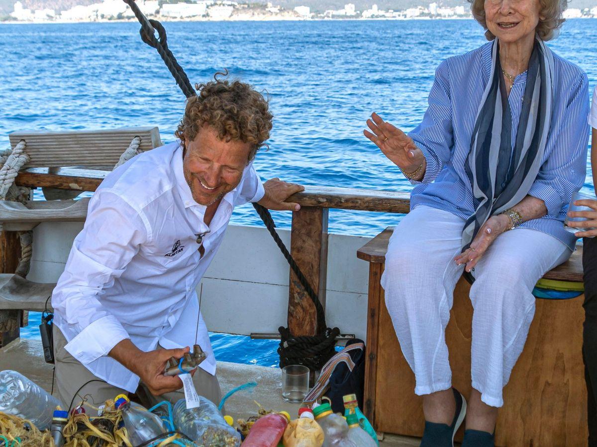 Foto: La reina Sofía, el año pasad en Palma, participando en una jornada de limpieza de basura del mar. (EFE)