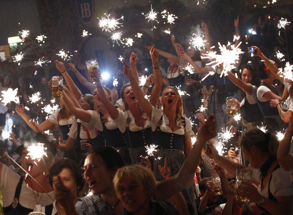 Foto: Camareras en el Oktoberfest celebran el final del mayor festival de cerveza del mundo, en Múnich. (Reuters)