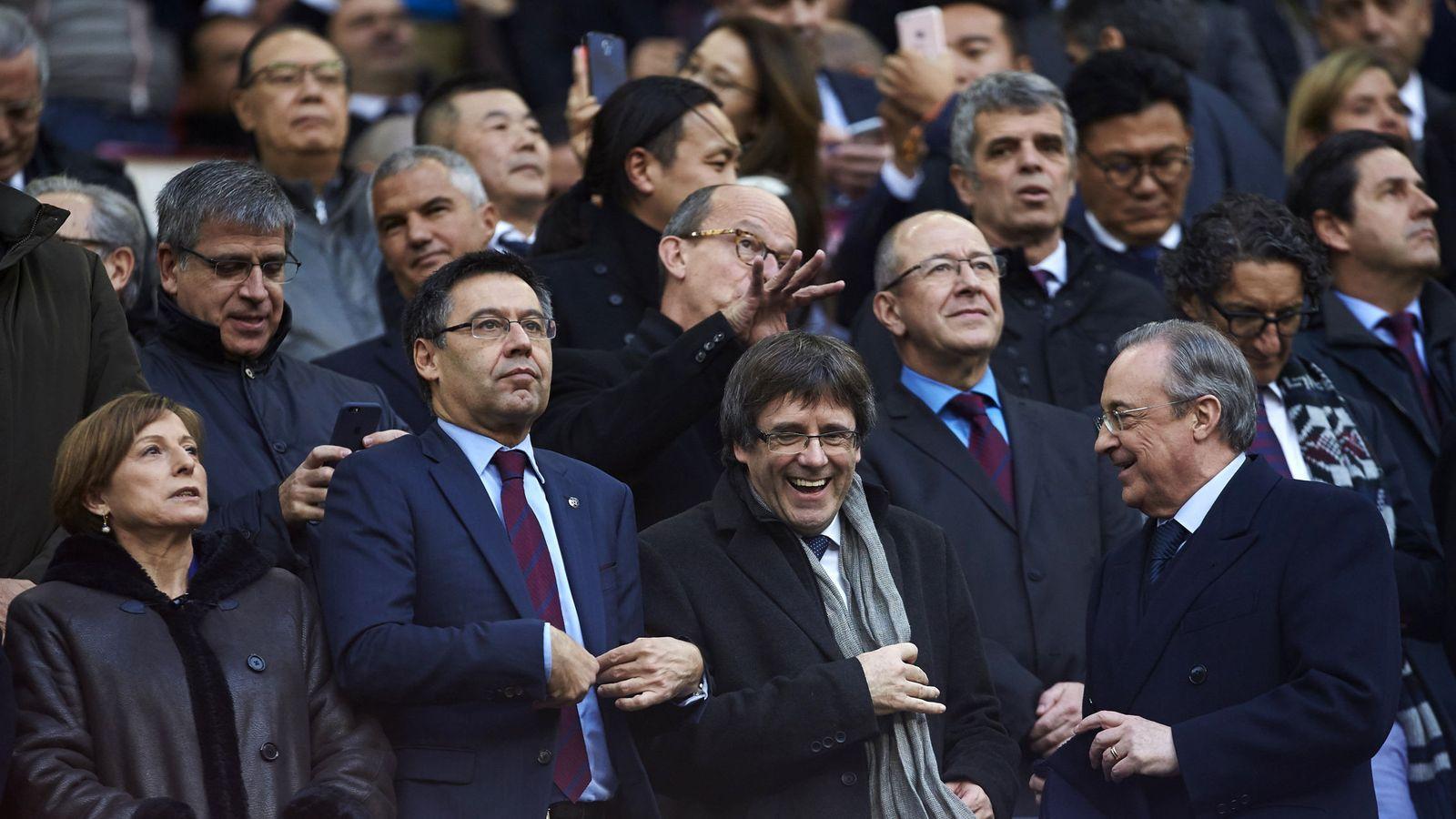 Foto: Carme Forcadell, Josep Maria Bartomeu, Carles Puigdemont y Florentino Pérez, en el palco del Camp Nou. (EFE)