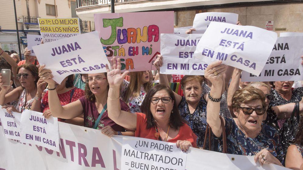 Foto: Manifestación en Maracena (Granada) en apoyo a su vecina Juana Rivas. (EFE)