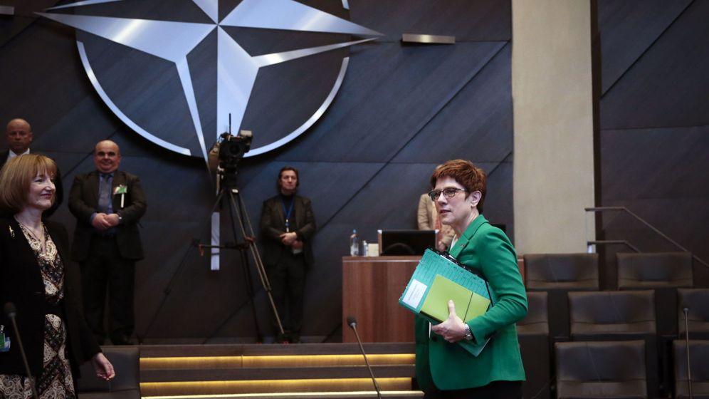Foto: Annegret Kramp-Karrenbauer al comienzo de una reunión de la OTAN. (Reuters)