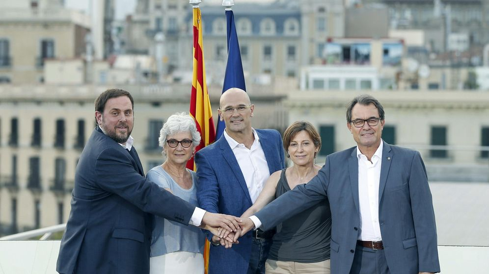 Foto:  El presidente de la Generalitat y de CDC, Artur Mas (d), el presidente de ERC, Oriol Junqueras (i), el cabeza de lista, Raül Romeva (c), la número dos, Carme Forcadell (2d), y la número tres, Muriel Casals. (EFE)