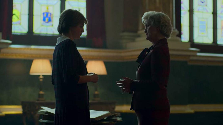 Los personajes de Diana y Lady Fermoy durante una de las lecciones. (Netflix)