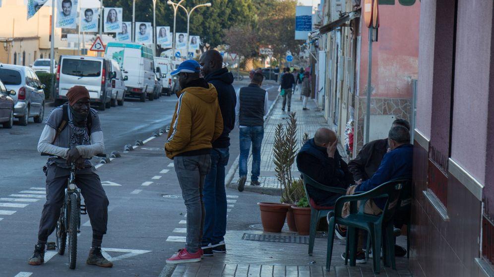 Foto: La carretera de Las Norias, en El Ejido, cuenta con mayoría de negocios regentados por inmigrantes. (David Brunat)