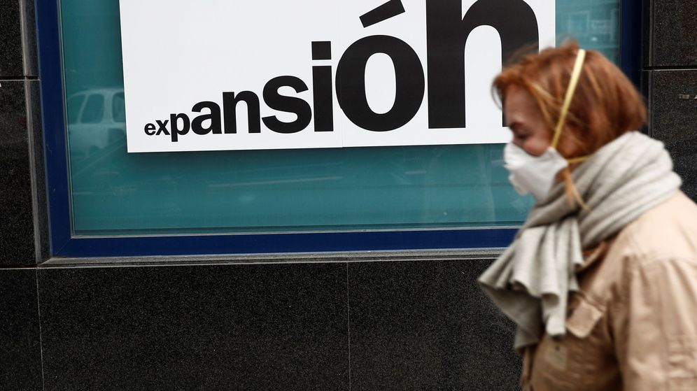 Foto: Una mujer pasa frente a una sucursal bancaria en Madrid. (EFE)