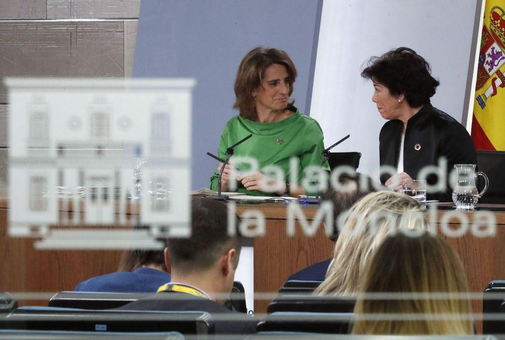 Foto: La portavoz del Ejecutivo, Isabel Celaá, con la ministra para la Transición Ecológica, Teresa Ribera, este 22 de febrero en la Moncloa. (EFE)
