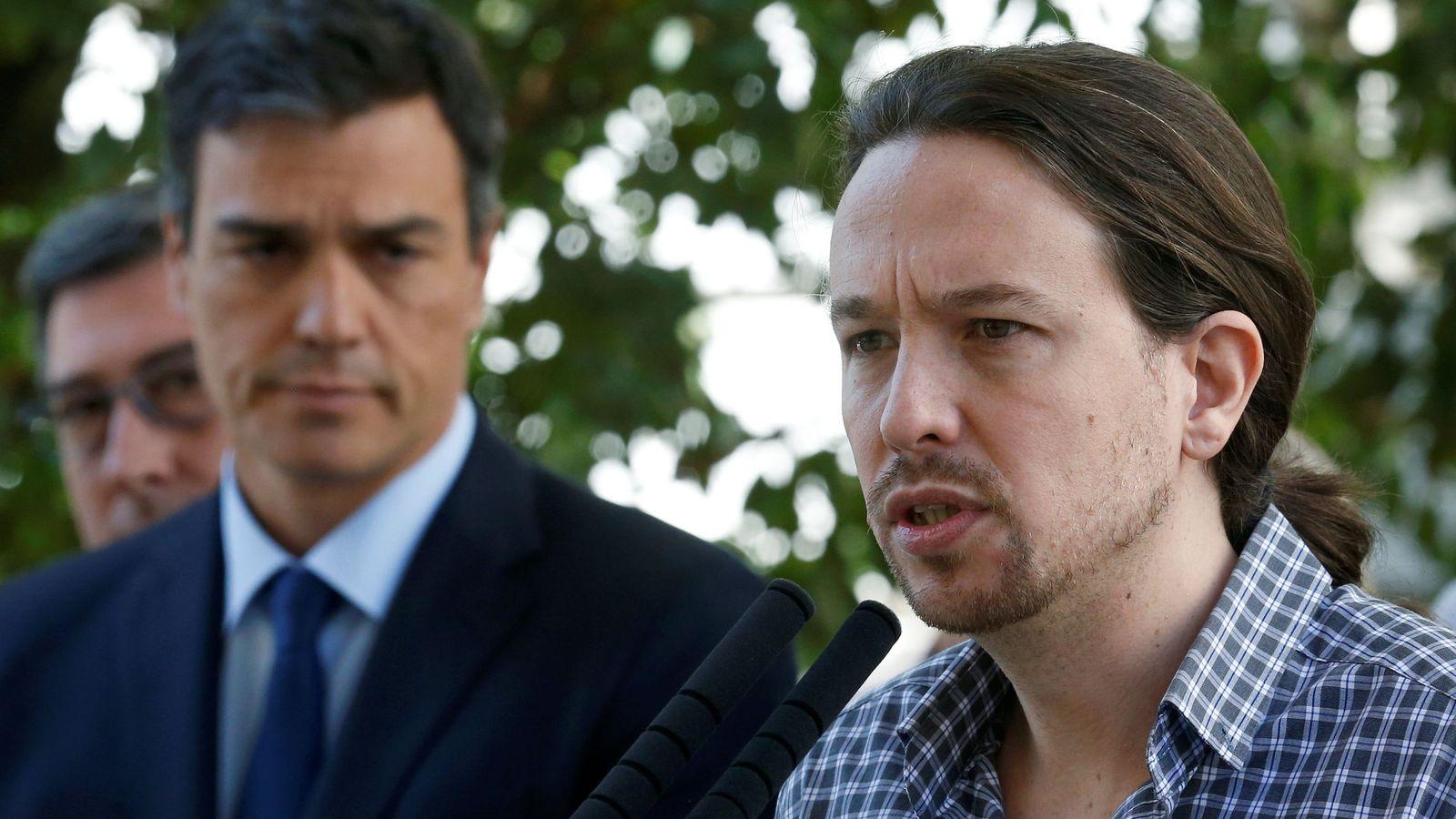 Foto: El líder de Podemos, Pablo Iglesias, junto a Pedro Sánchez, líder del PSOE. (Reuters)