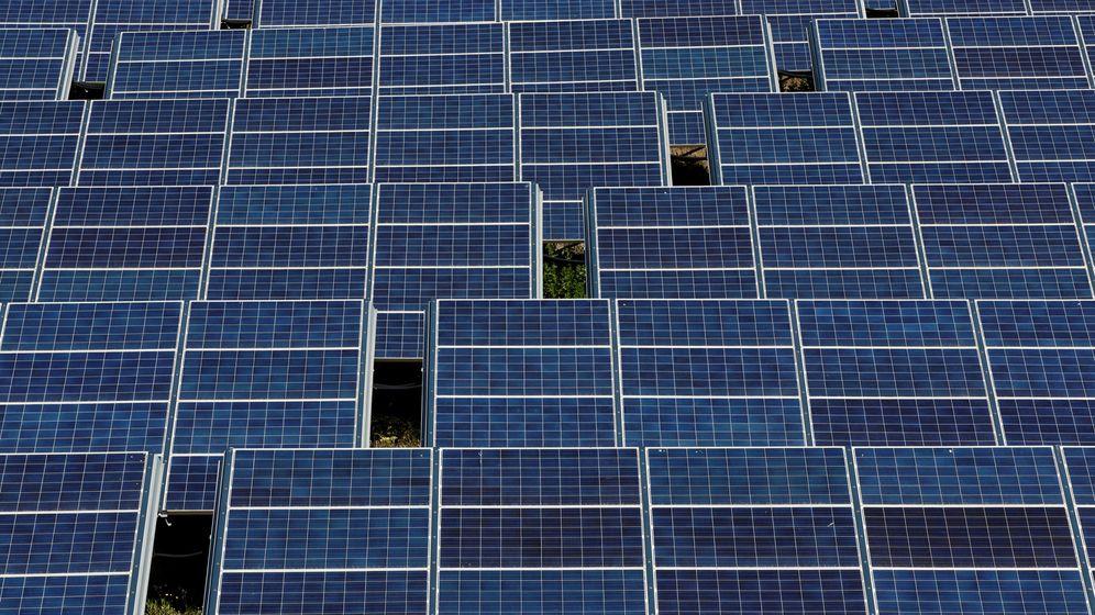 Foto: Instalación de paneles fotovoltaicos. (Reuters)