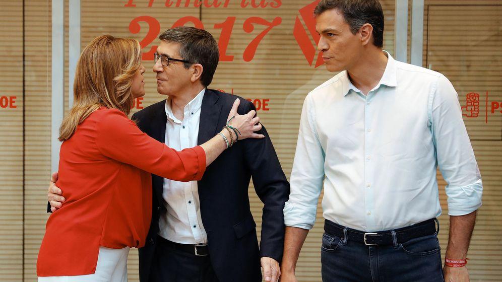 Foto: Los candidatos a la Secretaría General del PSOE, Susana Díaz (i) y Patxi López (c), se saludan en la sede del partido en la madrileña calle de Ferraz, en presencia de Pedro Sánchez. (EFE)
