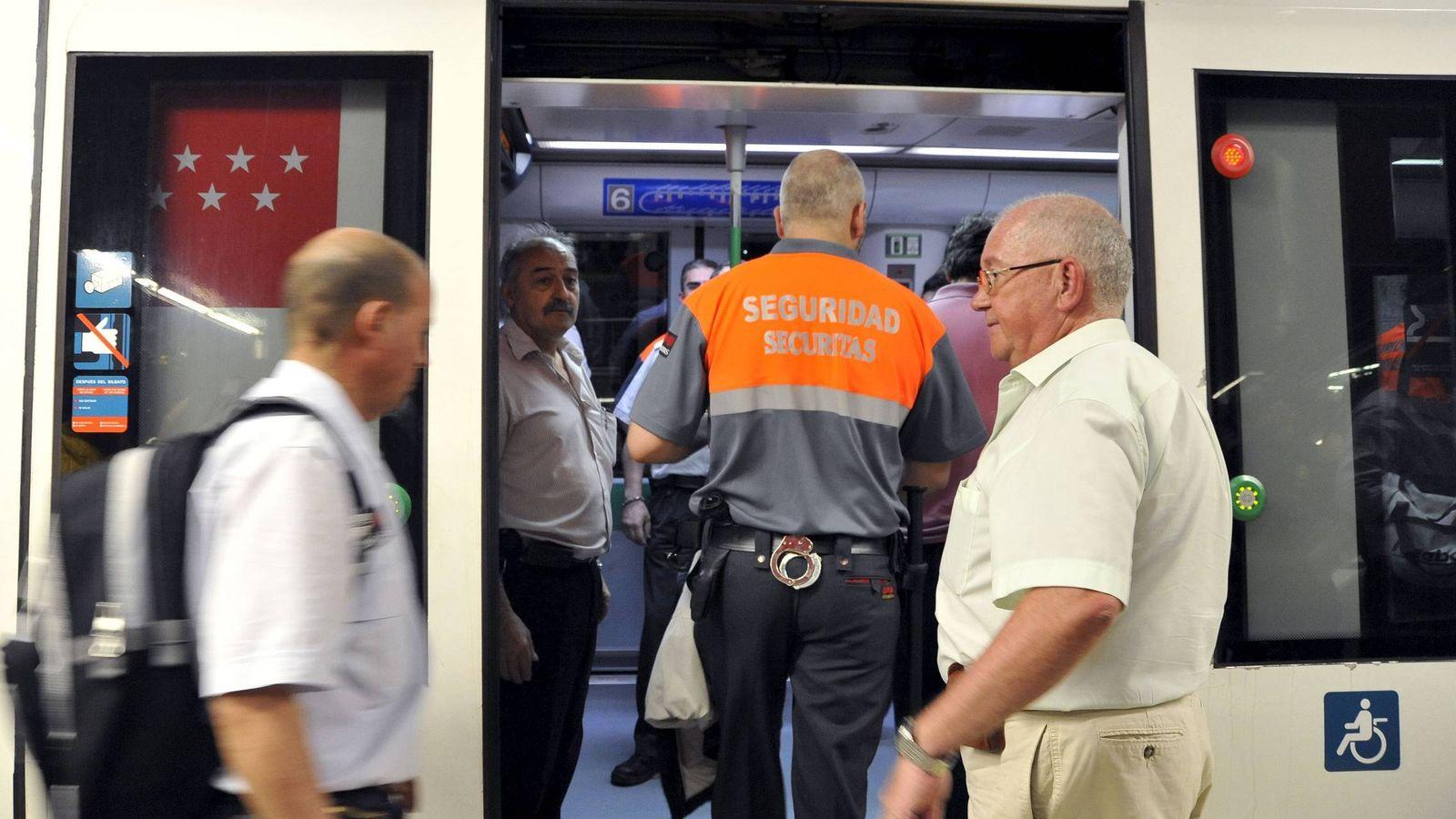 Foto: Vigilante de seguridad privada en el Metro de Madrid. (EFE)
