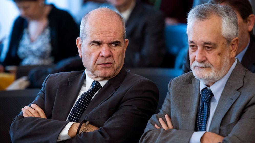 Foto: Los expresidentes socialistas Manuel Chaves y José Antonio Griñán. (EFE)