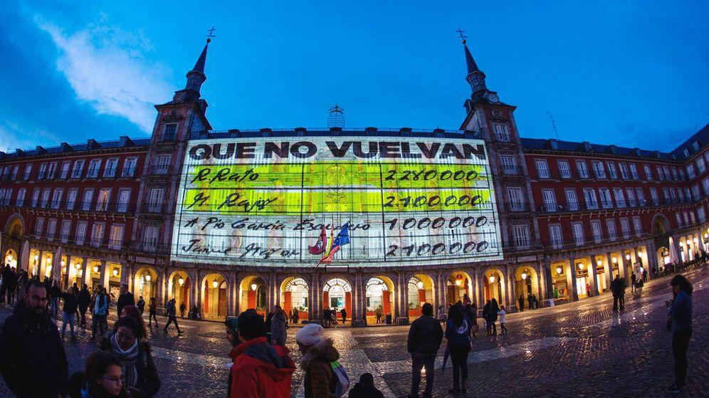 Foto: Proyectan imágenes de 'papeles de Bárcenas' en la Plaza Mayor de Madrid. (EFE)