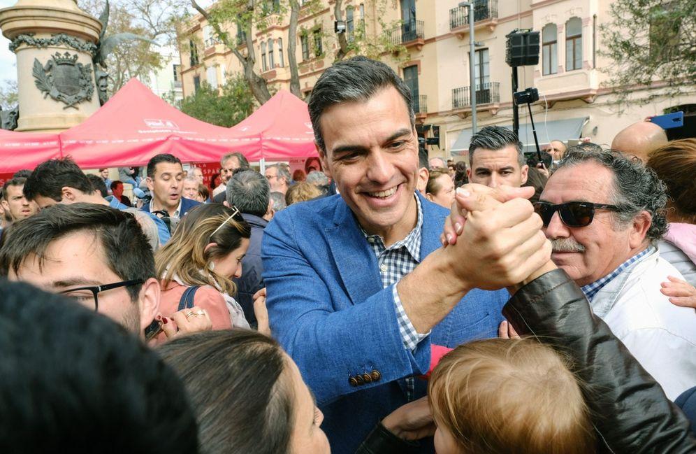Foto: Pedro Sánchez, este 17 de abril, durante un paseo electoral en Ibiza. (EFE)