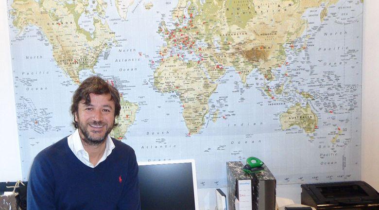 Foto: Antonio González, CEO de Visual Click, va señalando en el mapa todos los países en los que su 'startup' hace negocio