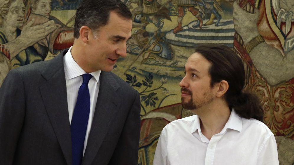 Foto: El rey Felipe VI recibe en Zarzuela al líder de Podemos, Pablo Iglesias, durante el último día de la ronda de consultas con partidos políticos. (EFE)