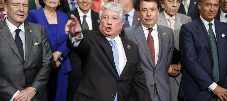 Foto: Arturo Fernández, en el centro, en la clausura de la asamblea de los empresarios madrileños (EFE)
