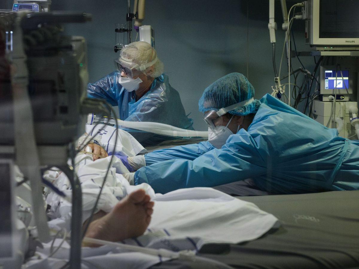 Foto: Personal sanitario de un hospital atiende a un paciente covid en la UCI. (EFE)