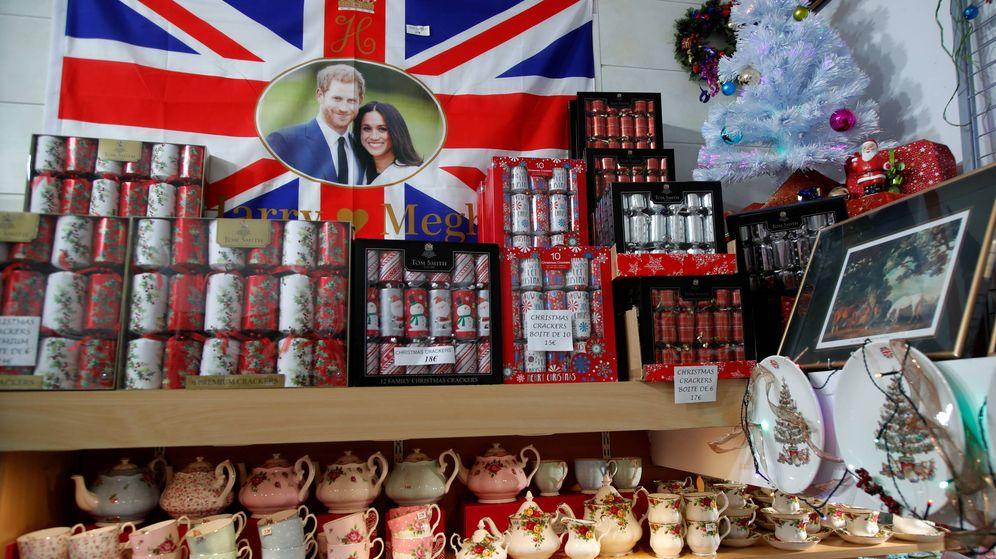 Foto: Una bandera conmemorativa con la imagen de los Duques de Sussex en una tienda de souvenirs. (Reuters)