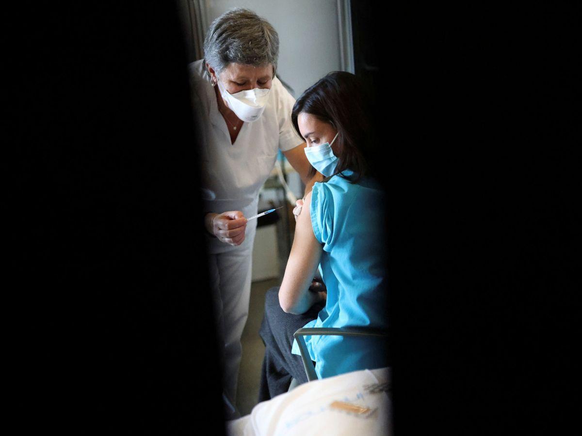 Foto: Vacunación de una sanitaria en el Hospital Sant Pau, Barcelona. (Reuters)