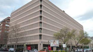 Un trozo de la historia del Banco Popular acaba en un contenedor de obras