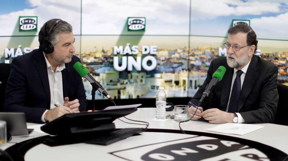 Foto: El presidente del Gobierno, Mariano Rajoy, junto al periodista Carlos Alsina (i), durante la entrevista. (EFE)