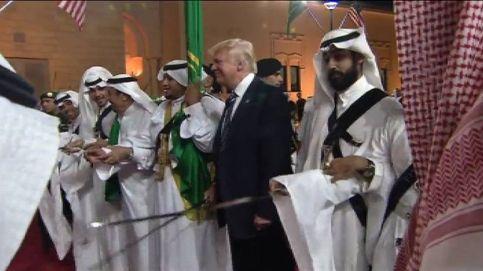 Donald Trump baila, espada en mano, en Arabia Saudí