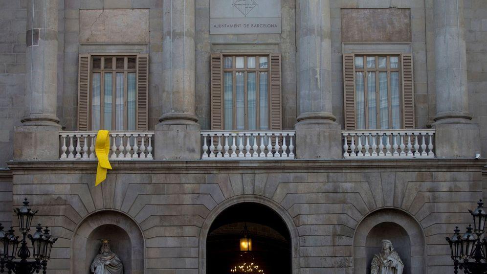 Foto: Un lazo amarrillo cuelga del Ayuntamiento de Barcelona. (EFE)