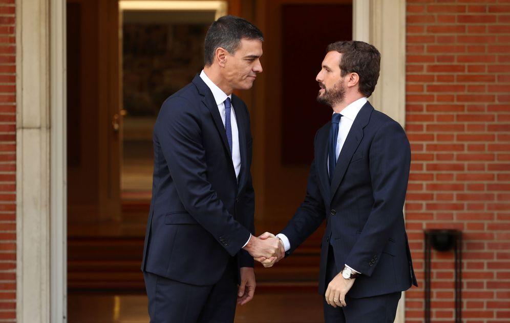 Foto: Pedro Sánchez recibe a Pablo Casado, este 16 de octubre en el palacio de la Moncloa. (Reuters)