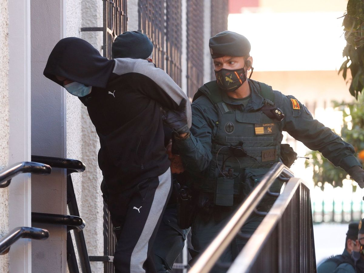 Foto: LLegada del joven que, supuestamente, lanzó el ácido a la expareja de El Meillero a los juzgados de Fuengirola, Málaga. (EFE)