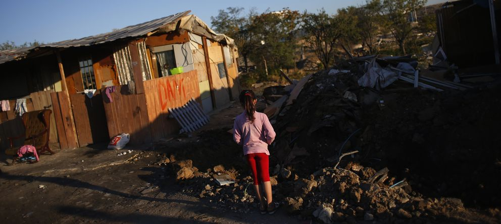 Foto: Una niña en un poblado chabolista en Madrid (Reuters)